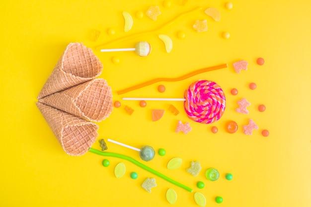 Kleurrijke snoepjes dichtbij kegels