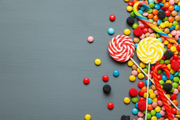 Kleurrijke snoepjes en lollys. bovenaanzicht met copyspace