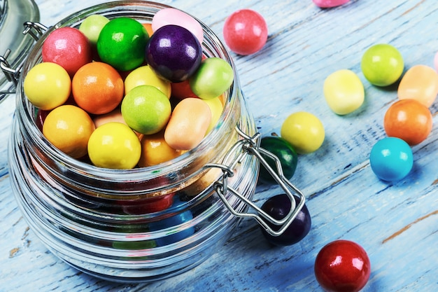Kleurrijke snoepjes en lollys in een pot