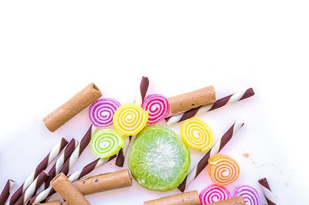 Kleurrijke snoepjes en suikerspin op een witte achtergrond