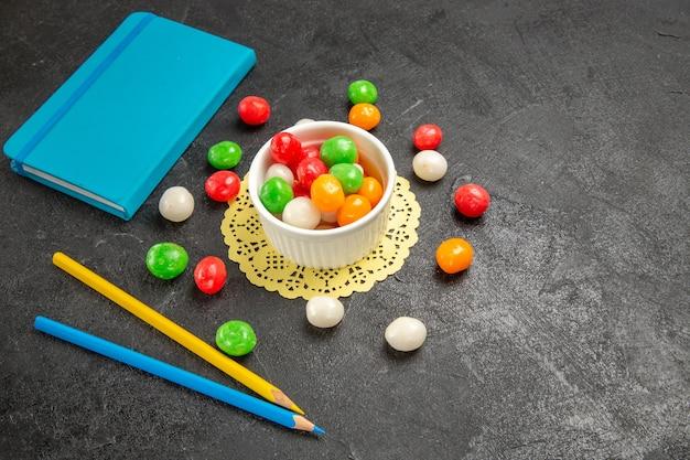 Kleurrijke snoepjes op donkergrijs
