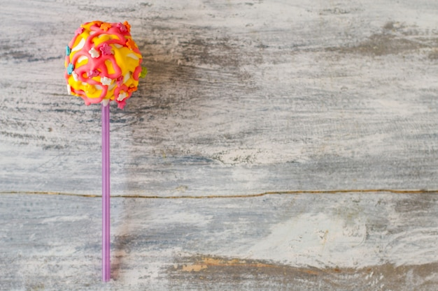Kleurrijke snoepjes op houten achtergrond.