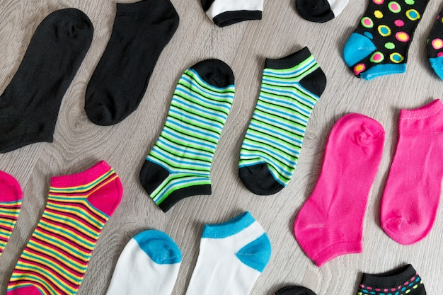 Kleurrijke sokken op grijze houten.