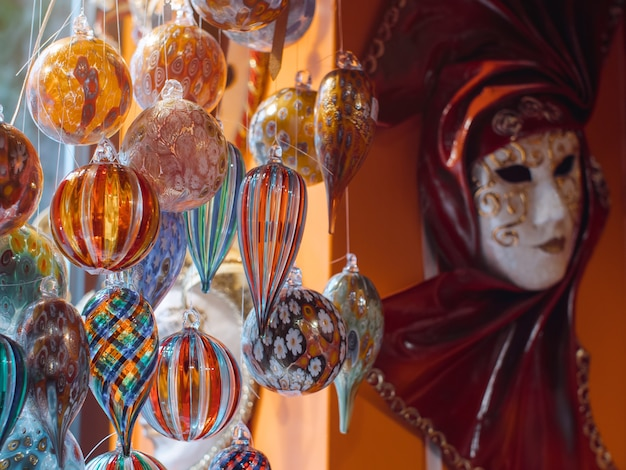 Kleurrijke souvenirs van het beroemde murano-glas. venetiaanse maskers in winkelvertoning in venetië.