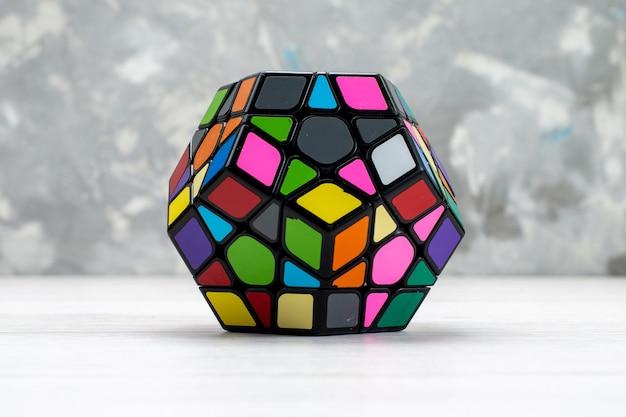 Kleurrijke speelgoed constructies ontworpen en gevormd op wit, speelgoed plastic constructie rubics kubus