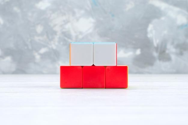 Kleurrijke speelgoed constructies ontworpen gevormd op licht bureau, speelgoed plastic