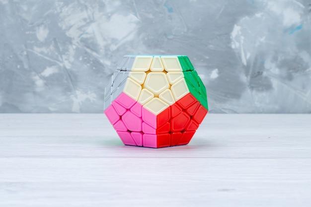 Kleurrijke speelgoed constructies ontworpen gevormd op wit bureau, speelgoed plastic