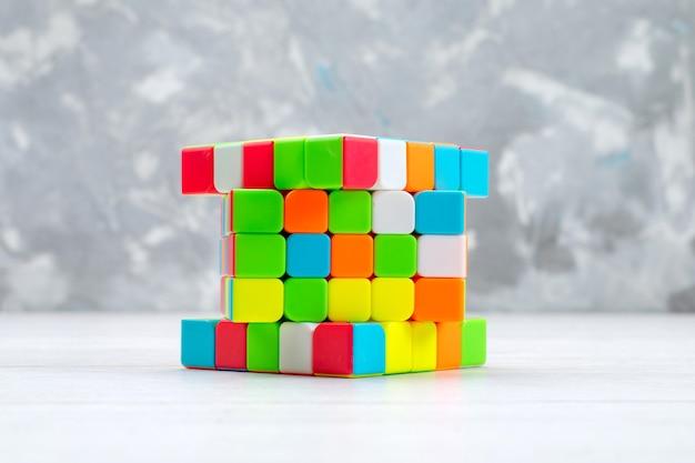 Kleurrijke speelgoedconstructies ontworpen en gevormd op een lichte, plastic constructiekubus van speelgoed