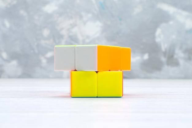 Kleurrijke speelgoedconstructies ontworpen gevormd op wit speelgoedplastic