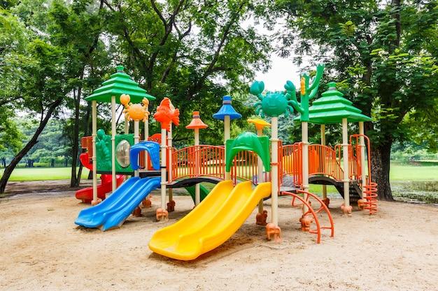 Kleurrijke speelplaats op werf in het park.