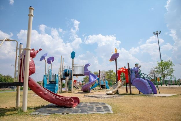 Kleurrijke speelplaats op werf in het park