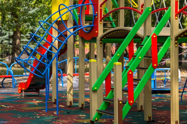 Kleurrijke speeltoestellen voor kinderen in openbaar park
