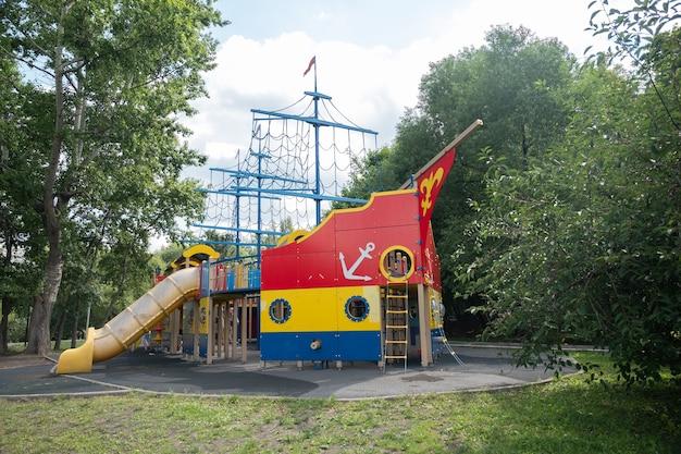 Kleurrijke speeltuin in het park