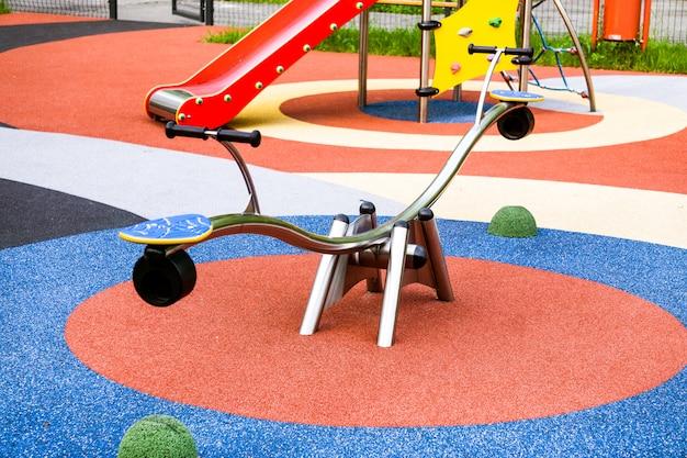 Kleurrijke speeltuin op het erf in het park.