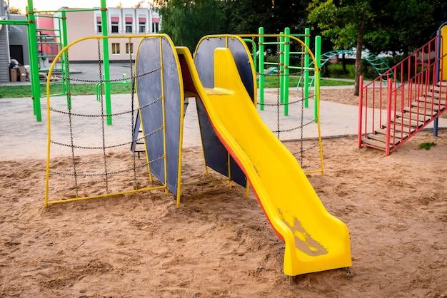 Kleurrijke speeltuin op het zand in het park. het concept van kinderjaren van het stedelijk gebied.