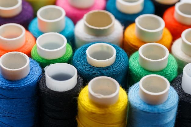 Kleurrijke spoelen van naaigaren. gekleurde draad voor het naaien