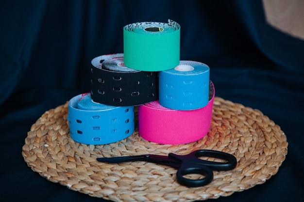 Kleurrijke sport bandage tapes close-up van tapes op de zwarte achtergrond
