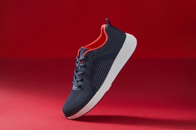 Kleurrijke sportschoeisel of schoenen op rode kleur achtergrond running sneakers voor fitness en training