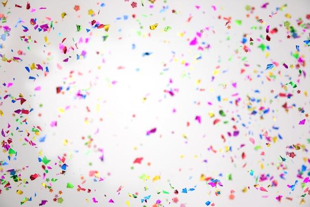 Kleurrijke sprankelende confetti op witte achtergrond