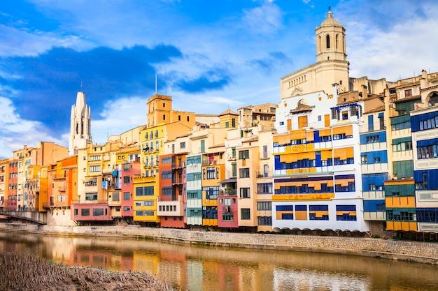 Kleurrijke stad in de buurt van barcelona, spanje