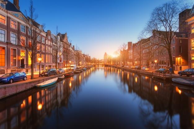 Kleurrijke stadsgezicht bij zonsondergang in amsterdam