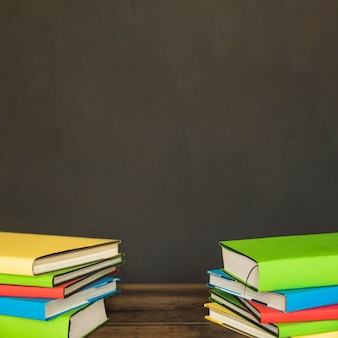 Kleurrijke stapels boeken op tafel