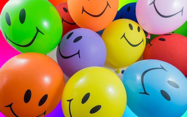 Kleurrijke stelletje smiley ballonnen. concept voor vreugde, feest en goed humeur