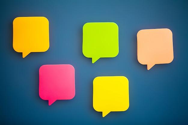 Kleurrijke stickers op blauwe muur. lege ruimte voor tekst