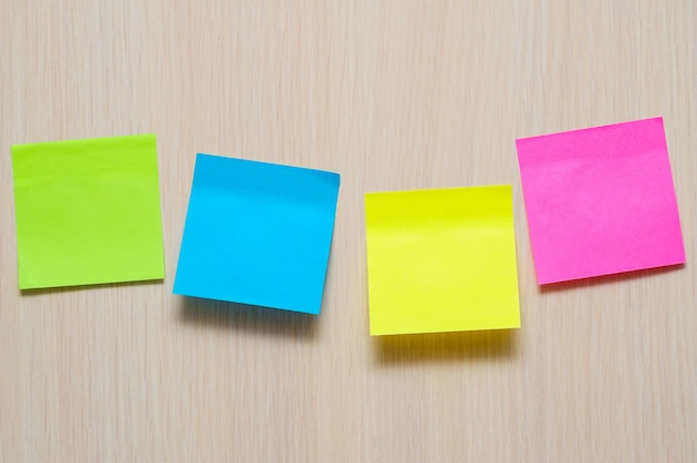 Kleurrijke stickers op de lichte muur in kantoor met plaats voor tekst
