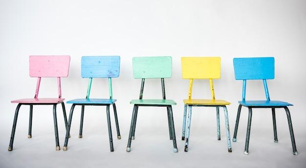 Kleurrijke stoel staat op een rij.