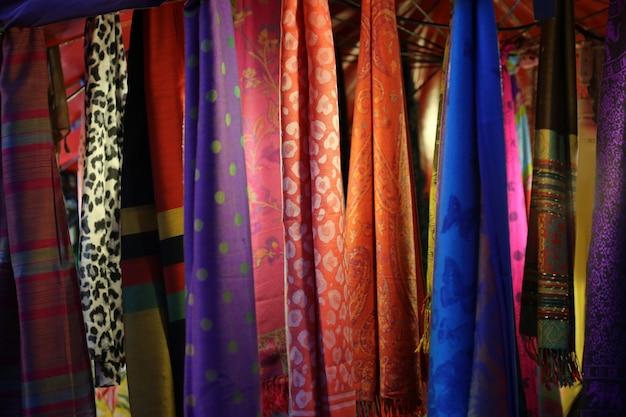 Kleurrijke stoffen hangen achtergrond