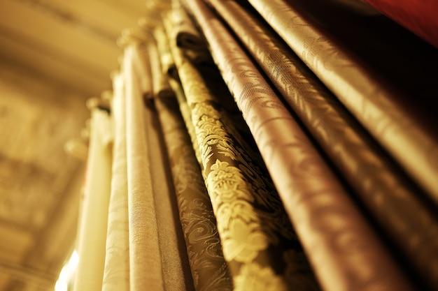 Kleurrijke stoffen in de winkel. detailopname