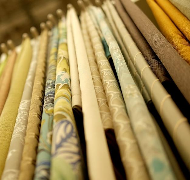 Kleurrijke stoffen in de winkel