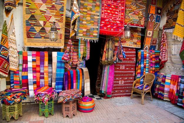 Kleurrijke stoffen op de markt van agadir in marokko