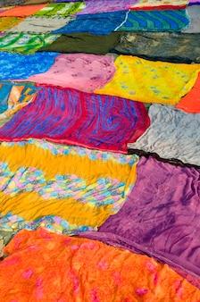 Kleurrijke stoffenachtergrond, agra, india.