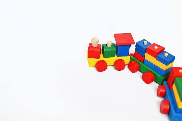 Kleurrijke stoomlocomotief op een witte achtergrond plaats voor tekst. kinderen speelgoed achtergrond. frame met plaats voor tekst. teddy.