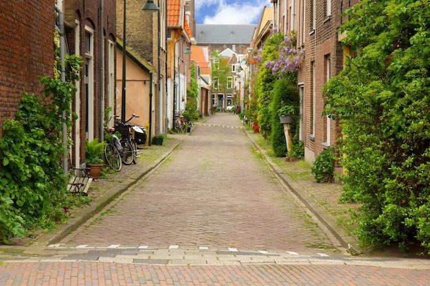 Kleurrijke straat in de oude binnenstad van delft, holland