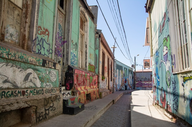Kleurrijke straat met graffiti in chili