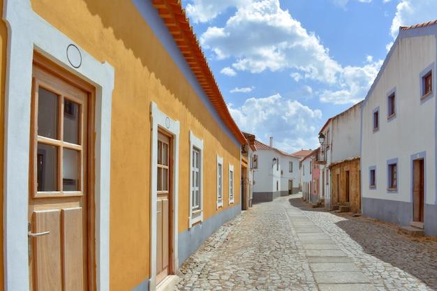 Kleurrijke straat op zonnige dag, almeida portugal