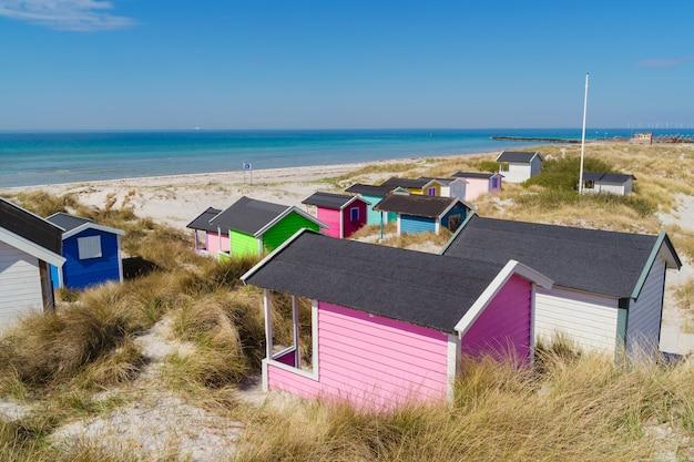 Kleurrijke strandhutten met overzees in fasterbo, zweden