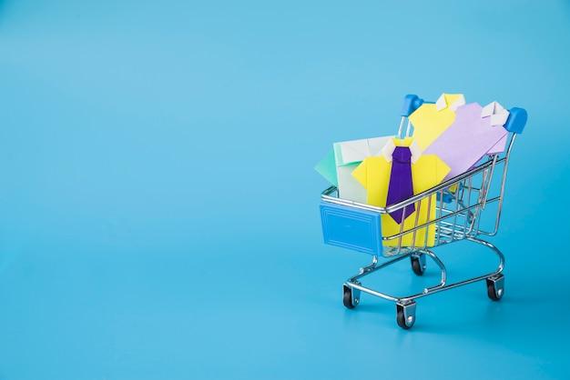 Kleurrijke stuk speelgoed document overhemden in supermarktkar