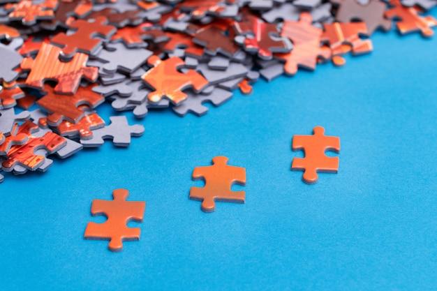 Kleurrijke stukjes van een gemengde puzzel