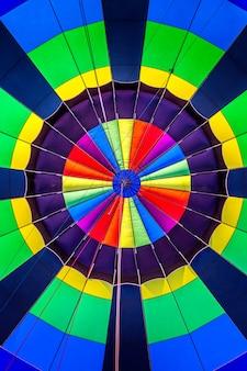 Kleurrijke symmetrische binnenkant van een hete luchtballon