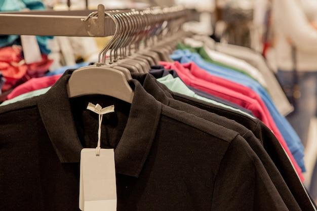 Kleurrijke t-shirts op hangers