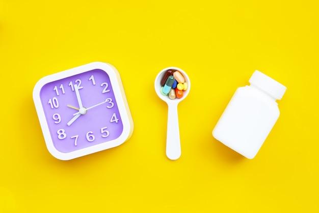 Kleurrijke tabletten met capsules en pillen op geel