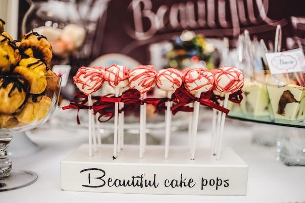 Kleurrijke tafel met snoep en lekkers voor de bruiloft receptie