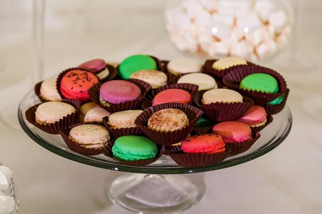 Kleurrijke tafel met snoep voor de bruiloft, sweet table op het huwelijksfeest