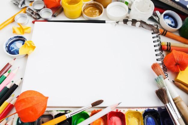 Kleurrijke tekening levert frame voor leeg schetsboek