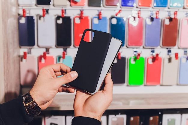 Kleurrijke telefoonhoesjes te koop in winkels voor mobiele telefoons.