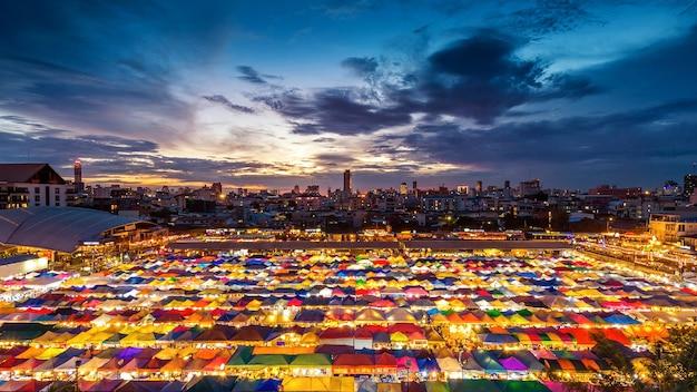 Kleurrijke tenten bij avondmarkt in bangkok, thailand.